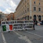 """Roma, gilet arancioni ed estrema destra in piazza: """"Il virus non esiste, governo traditore"""""""