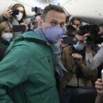 """Navalny, lo """"sciamano russo"""", arrestato al suo arrivo a Mosca"""